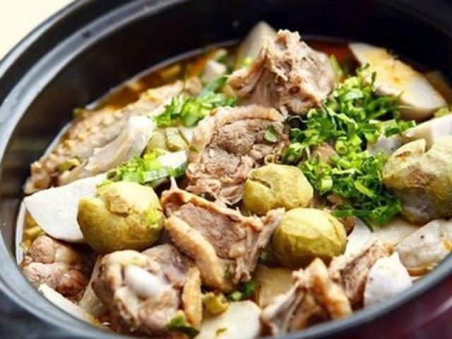 Rắc lên trên rau ngổ và rau mùi giúp tăng thêm hương vị món ăn