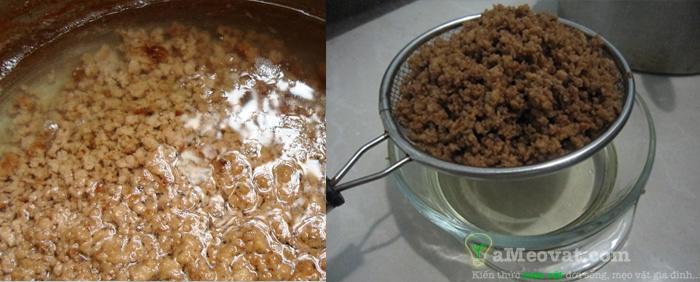 Cách làm dầu dừa nguyên chất - đun và chắt lọc lấy dầu dừa
