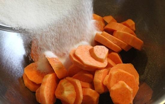 Cách làm mứt khoai lang dẻo - ướp khoai lang với đường