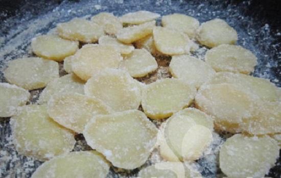 Cách làm mứt khoai tây ngon - đun hỗn hợp trên bếp