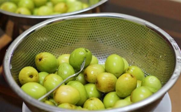 Cách làm mứt táo - rửa táo và xiên lỗ quanh các quả táo