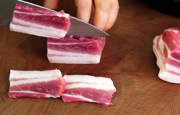 Cách kho cá - thái thịt ba chỉ thành những miếng nhỏ vừa ăn ,cach kho ca ngon