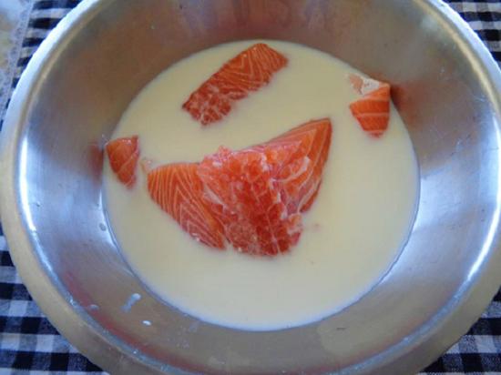 Cách làm ruốc cá hồi - rửa sạch cá với nước muối và ngâm cá trong sữa tươi không đường
