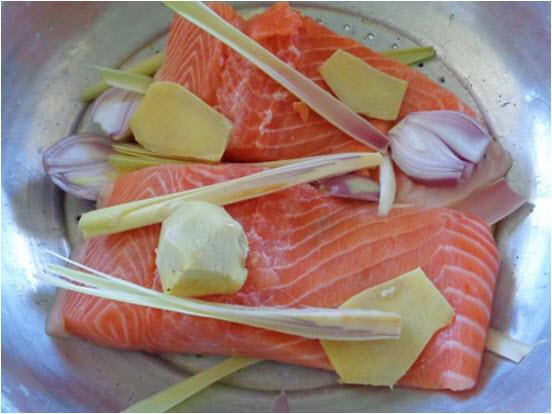 Cách làm ruốc cá hồi ngon - ướp cá hồi với gừng, muối, sả đạp dập và đem hấp cho cá chín