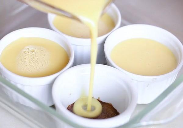 Rót hỗn hợp đã lọc xong vào từng cốc - cách làm bánh flan ngon