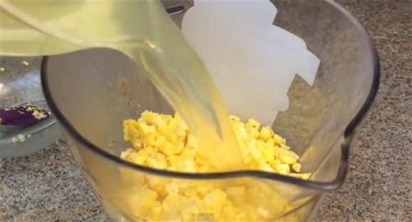Cách làm sữa bắp ngon - cho nước ngô luộc và ngô đã tách hạt vào máy xay sinh tố xay nhuyễn