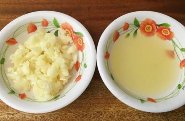 Cách muối sung ngon - Bóc tỏi đập dập, ớt thái thành miếng và chanh vắt lấy nước cốt