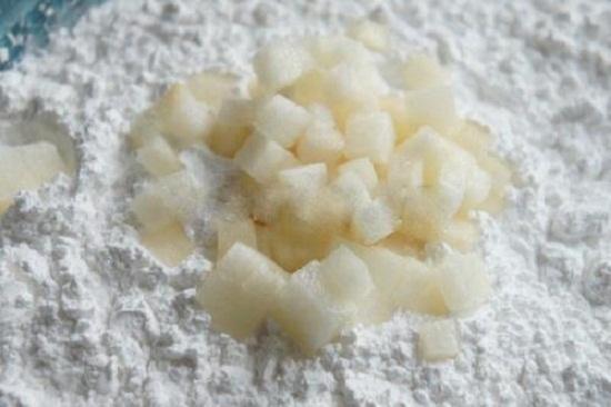 Cách làm sữa chua mít ngon tuyệt - Trộn đều lê đã cắt hạt lựu với bột năng