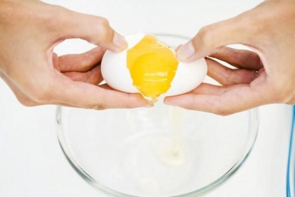 Cách làm trắng da tự nhiên với trứng gà - Tách lòng đỏ và lòng trắng trứng để riêng ra 2 bát, làm mat na trung ga