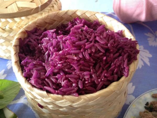 Cach nau che khoai mon: Nấu nếp với nước cốt dừa rồi múc ra bát