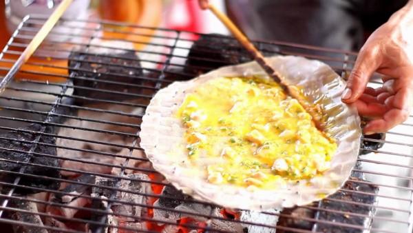 bánh tráng nướng - Quết đều trứng và gia vị khắp mặt bánh cho chín đều