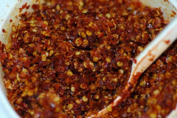 cách nấu bún giò heo - Nấu nước sa tế đến khi nước đặc đặc sệt sệt