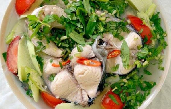 Cách nấu canh chua cá: cho giá đỗ cùng rau thơm vào đảo nhẹ