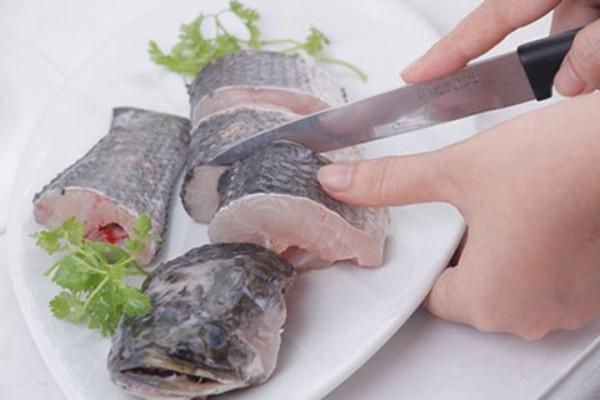 Canh chua ca loc:cắt cá thành từng khúc chừng 3cm