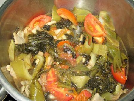 cá chép om dưa chua - Om dưa chua với cà chua và nước dung cho ngấm gia vị