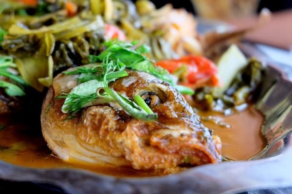 cách nấu cá om dưa - Rưới dưa om lên mình cá, trang trí bằng hành lá, thì là và rau mùi cho đẹp mắt