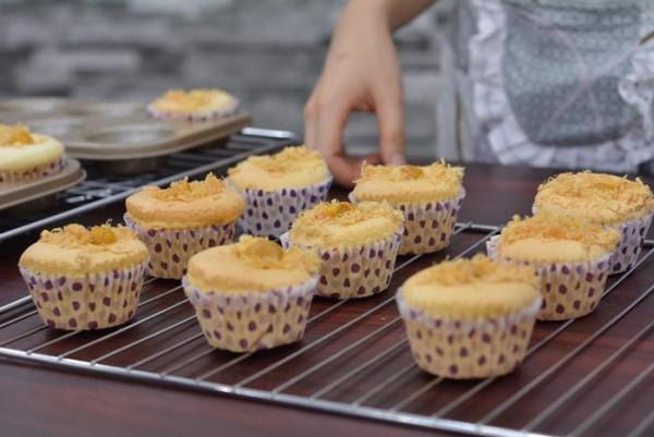 Hương vị béo béo, mặn mặn là đặc trưng của bánh bông lan trứng muối., cach lam banh bong lan