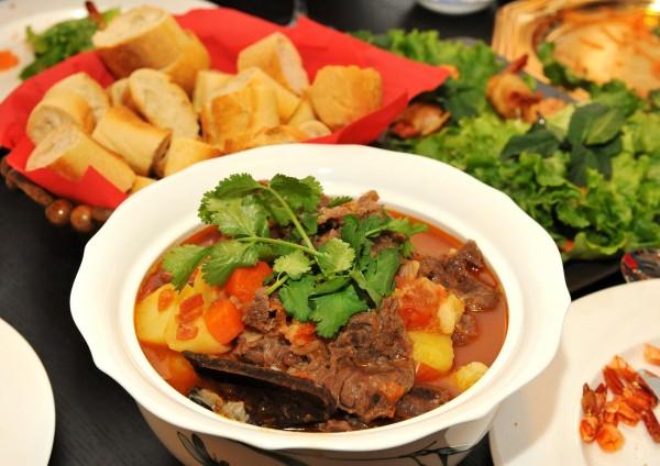 cach nau bo sot vang - Ăn kèm thịt bò sốt vang với bánh mỳ hoặc cơm nóng