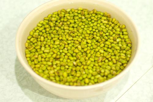 Cách làm kem đậu xanh ngon - ngâm đậu xanh vào nước khoảng 2h hoặc ngâm qua đêm
