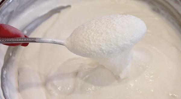 Cách làm kem dừa ngon - lấy kem ra và dùng máy đánh kem thật bông và xốp rồi cho vào trong tủ lạnh