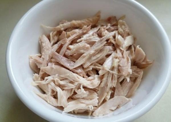 Cách làm nộm đu đủ - Xé nhỏ thịt gà để làm nộm đu đủ