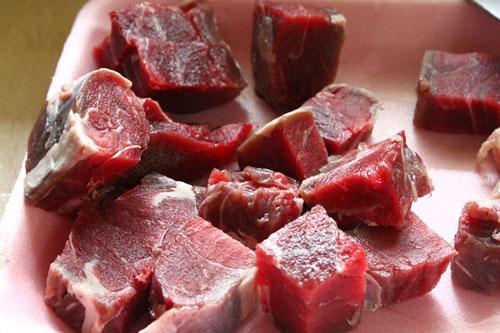 thit bo sot vang - Thịt bò cắt theo miếng vuông cỡ quân cờ
