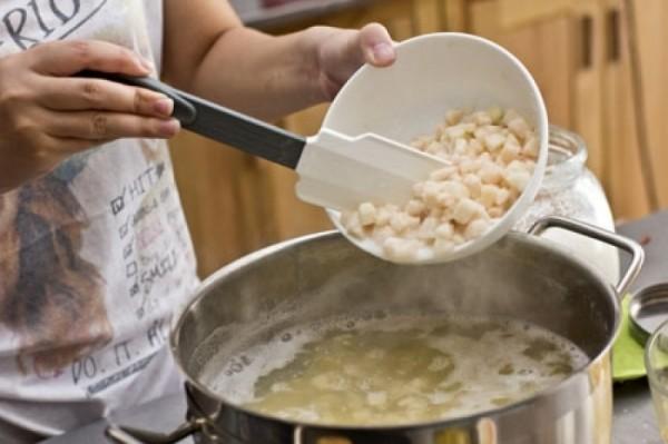 Cách nấu chè bưởi ngon - cho cùi bưởi vào nồi nước chè