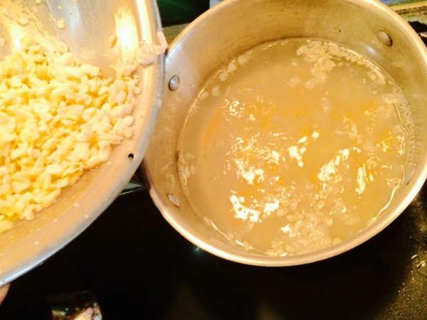 Cách nấu chè ngô nếp - Cho hạt ngô đã tách lúc trước vào và tiếp tục ninh cho nhô chín nhừ