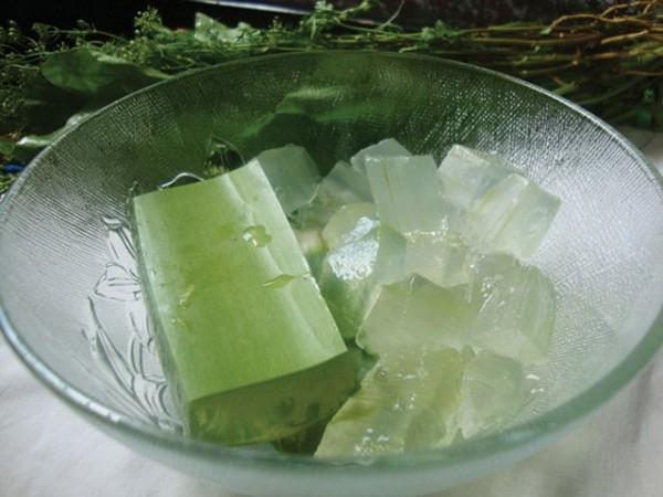 Cách làm nha đam đường phèn - gọt bỏ phần xanh nha đam, lấy phần trắng ngâm với nước muối