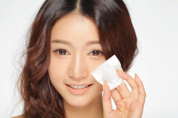cách sử dụng nước hoa hồng - Nên dùng bông trang điểm với nước hoa hồng làm sạch da mặt