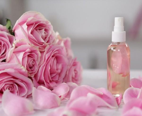 Cách làm nước hoa hồng - Đổ nước hoa hồng vào bình kín để bảo quản
