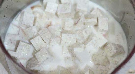 cach nau che khoai mon: Đun khoai với sữa tươi và đường