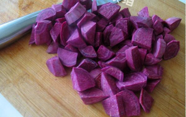 Cách nấu chè khoai lang: cắt khoai thành từng miếng vuông