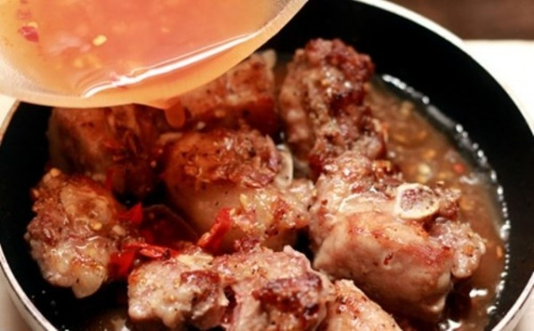 Cách làm món sườn xào chua ngọt - đổ nước sốt chua ngọt vào chảo sườn xào tiếp cho chín mềm