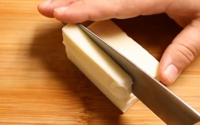 Cách làm phô mai que - Cắt phô mai thành từng thanh nhỏ mỏng