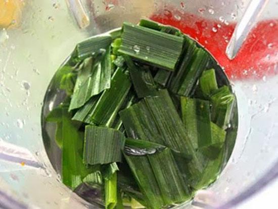 bánh da lợn - Thái nhỏ lá dứa cho vào máy xay nhuyễn