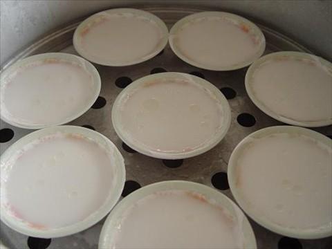 Cho chén bánh bèo vào xửng hấp trong vòng 8- 10 phút - cách làm bánh bèo Huế