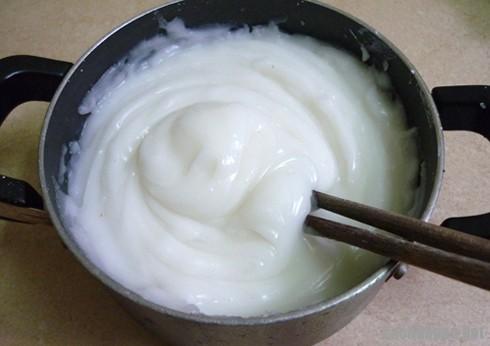 Cách làm bánh giò - mục tiêu là bột có được màu trắng đục, bóng mượt, không vón cục