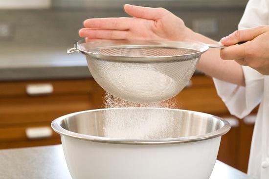 Rây bột mì vào hỗn hợp làm vỏ bánh sầu riêng - bánh sầu riêng