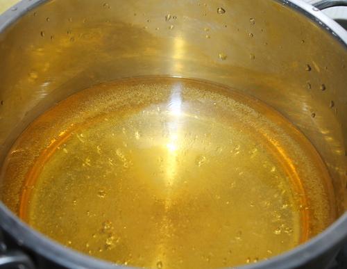 Cach lam coc ngam: pha hỗn hợp nước ngâm cóc