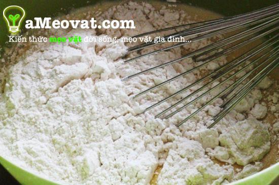 Cách làm chuối chiên - Trộn thật đều các nguyên liệu với nhau