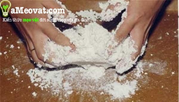 Cách làm bánh chuối hấp - nhào bột cho thật mịn