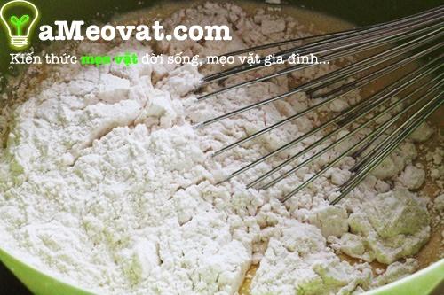 Cách làm bánh chuối nướng - Dùng rây rây qua bột mì