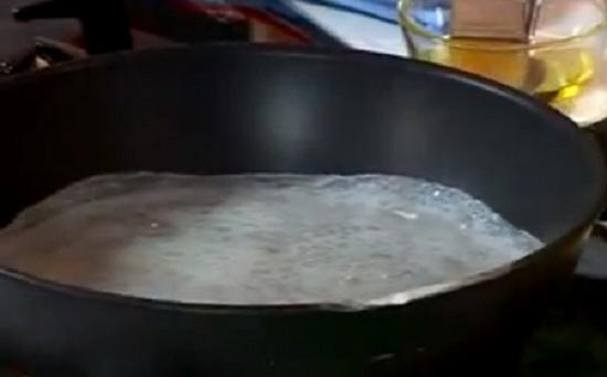 bánh cuốn- Tráng 1 lớp mỏng bánh cuốn trên chảo chống dính