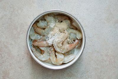 banh bot loc - Ướp thịt tôm trong 15 phút cho thấm gia vị