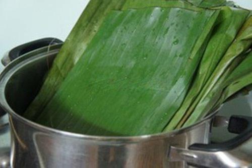 bánh bột lọc - Ngâm lá chuối qua nước đun sôi