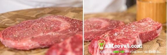Cách làm bò bít tết - Rắc muối và hạt tiêu vừa đủ lên 2 mặt của thịt bò