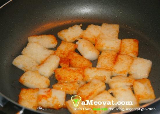 Cách làm bột chiên - Đặt chảo dầu lên bếp đun nóng rồi cho bột vào chiên