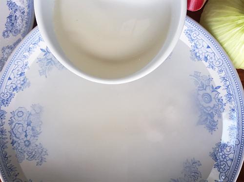 Làm kimbap - Đổ đường, muối và giấm vào tô trộn đều cho đường và muối tan hết