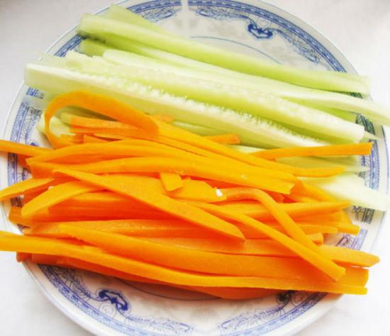 chế biến cà rốt và dưa leo
